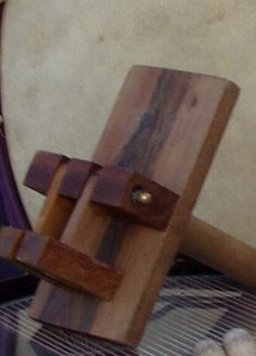 matraca La matraca es un instrumento de madera aragonés que se utilizaba, y creo que en algunos pueblos todavía se sigue usando, para anunciar los oficios los días de Semana Santa.