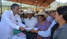 El gobernador  regional ing. Reynaldo Hilbck entregando los títulos de propiedad a la población del sector de Mastrante.