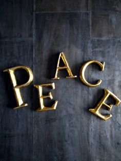 「PEACE」 アルファベットサイン。
