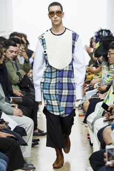 See the complete J.W.Anderson Spring 2017 Menswear collection.