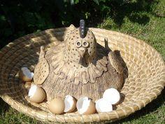 Slepička, snáší vajíčka Keramická velká slepice ze šamotové hlíny, zdobená oxidem. Vhodná jako venkovní dekorace, ale bude snášet i uvnitř. Průměr těla 25 cm , výška 22 cm. Ceramic Sculptures, Sculpture Art, Cement, Art Projects, Clay, Hens, Animaux, Easter Activities, Make Your Own
