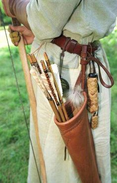Simple Archery quiver design and Medieval costume trappings. Archery Quiver, Archery Bows, Archery Gear, Arrow Quiver, Archery Targets, Crossbow Hunting, Archery Hunting, Arc Long Anglais, Larp