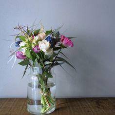 【ある日のブーケ】 白とグリーンをベースに、ビビッドなピンクやブルーでフレッシュなアクセントを。 *花瓶に挿すとこのくらいのボリュームに。サイズ選びの目安にどうぞ。