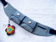 Aê moçoilas! Estou aqui para dizer que AMO Jeans ! Tanto, mais tanto que fiz uma coleção inspirada nela! Batizei as peças com o nome d... Denim Bag Patterns, Bag Patterns To Sew, Amo Jeans, Waist Pouch, Denim Crafts, Diy Purse, Hip Bag, Handmade Handbags, Recycled Denim