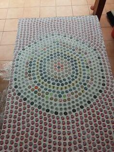 Come realizzare un tavolo con un mosaico di tappi di birra ! Prosit!