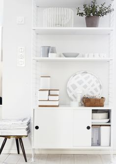 really love the string shelves :: wall unit/ :: weekday carnival String Shelf, Ideas Hogar, Home And Deco, Awesome Bedrooms, Home Interior, Scandinavian Interior, Modern Interior, Interiores Design, Shelving