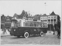 De Grote Markt met de eerste trolleybus in 1927. De eerste rit was de route van de Grote Markt naar de Kraneweg. - Foto's SERC