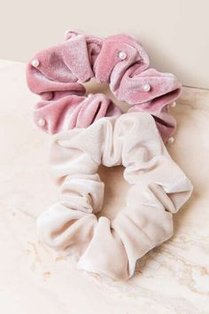 The Debra Pearl & Basic Scrunchie Set features 2 pieces. Vsco, Hair Accessories For Women, Women's Accessories, Diy Hair Scrunchies, Hair Ties, Diy Hairstyles, Girly Things, My Hair, Girl Fashion