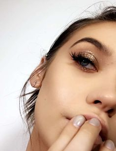 Gold glitter lids with dark lashes / makeup