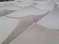 Detalle de Placas en concreto blanco de 25cm x 25cm para muros interiores o exteriores.