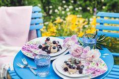 K létu patří ovocné knedlíky. Vyzkoušejte variantu naruby - s ovocem navrch. Z tvarohového těsta připravte špalíčky a podávejte s ovocným rozvarem.