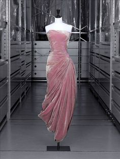 Robe du soir, Grès © Eric Emo / Galliera / Roger-Viollet In I saw this dress at the Moda Museum in Antwerp, Belgium, for their Madame Gres exhibit! Vestidos Vintage, Vintage Gowns, Vintage Mode, Vintage Outfits, Vintage Clothing, Vintage Style, Fashion Moda, 1950s Fashion, Look Fashion