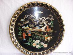 Gran bandeja en hojalata con pinturas de paisaje y guerreros de China - 47 cm.