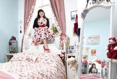 Pour leur projet  Mirrors and Windows , les photographes  Gabriele Galimberti  et  Edoardo Delille , de chez  Riverboom , ont voyagé de pays en pays pour photographier des femmes dans un environnement des plus intimes : leur chambre.