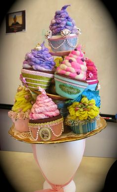 I dont like it on the hat, but those cupcakes are adorable! Cassie Stephens: DIY: A Wayne Theibald-Inspired Donut Hat Crazy Hat Day, Crazy Hats, Costume Bonbon, Hut Party, Candy Costumes, Costume Hats, Tea Party Hats, Tea Parties, Diy Hat
