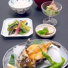 続き  浅漬けに薬味をたっぷり入れてパリパリ夏の味。 おくらのネバネバ、ペクチンは水溶性食物繊維、ムチンは複合たんぱく質。夏にピッタリの野菜です。  今日も美味しかった! - 40件のもぐもぐ - 今晩は、おこぜ姿揚げ、夏野菜の浅漬け 茄子 胡瓜 人参 茗荷 生姜、オクラのおかか和え、カツオ生節、茄子の味噌汁、ご飯  姿の醜悪さはすざまじいのに、味は絶品でふぐに似た白身魚のオコゼ君。油との相性も良くいので姿揚げにしたら、迫力ある一皿になりました(*^^*) カツオは娘のお土産。 浅漬けに薬味をたっぷり入れてパリパ by akazawa3
