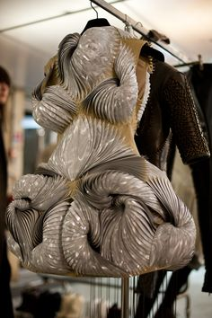 Iris van Herpen Hermoso, uno de los mejores trabajos que vi sobre morfología.