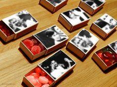 Ein kleiner Valentinsgruß. Streichholzschachteln, für jedes Jahr eine.  Mit Schwarz-Weiß-Fotos beklebt und süß gefüllt.