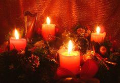 CORONA DELL'AVVENTO.  Significato globale della Corona dell' Avvento. Si tratta di un lucernario che è memoria, simbolo e profezia.  E' memoria delle differenti tappe della storia della salvezza prima di Cristo.  E' simbolo della luce profetica che ha illuminato la notte della speranza fino al sorgere del Sole di giustizia.  E' profezia di Cristo, luce del mondo, che tornerà per illuminare definitivamente il mondo e coloro che lo attendono nella veglia con le lampade accese.