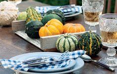 Frutas e legumes podem virar objetos decorativos. Faça uma montagem com elas na cozinha ou na mesa de jantar. Abóboras, que duram uma eternidade, são ótimas para isso. Depois, o enfeite vira comida. Produção de Camile Comandini