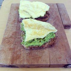 Pour le brunch : tartines d'avocat - omelette