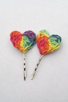 Grampo decorado com coração de crochê multicolorido!