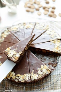 Arretjescake met kruidnoten (no bake) Sweet Recipes, Cake Recipes, Dessert Recipes, Almond Joy, Spiced Nuts, Sweet Tarts, Sweet Pie, Easy Cake Decorating, Party Food And Drinks