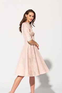 395f4ebba Vestido lady Primavera Verano 2019 TERIA YABAR de tela brocada con hilo  dorado claro. El
