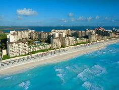The Royal Islander – An All Suites Resort Cancún Set right on the beachfront, this resort offers outdoor pools and tennis courts. Rooms and suites offer free Wi-Fi and views of the Caribbean Sea and Nichupté Lagoon.