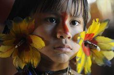 A beautiful Karaja child. The Karajá, also known as Iny, are a tribe indigenous to the Brazilian Amazon. Criança Karajá Foto: Tatiana Cardeal