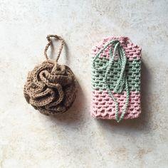 Un regalo fatto con il cuore. Un delicato kit da bagno ad uncinetto da arricchire con saponi, sali od essenze . Il Natale si avvicina! #freepattern #crochet #bath
