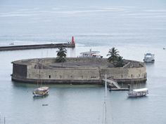 Forte São Marcelo foi construído entre 1608 e 1628. Durante a invasão holandesa de 1624 foi a primeira praça ocupada pelos conquistadores que dele dispararam as balas incendiárias que aterrorizaram os moradores da cidade facilitando a invasão. Logo depois ele passou por várias inspeções que reforçaram o poderia de defesa da cidade de Salvador. Esse forte participou de inúmeras conquistas serviu de prisão política foi cadeia e local de execução durante a Revolta dos Malês. Serviu de cadeia…