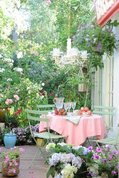 If there is no big backyard, or even no backyard at all, I love how you can still decorate a porch with all kinds of pretty flowers and give it the feel of a garden. Simply gorgeous! #cozyporch #leenbakker #terrasideeen