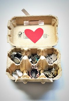 Cute DIY jewelry box - using an egg carton! Just be sure to clean it first before putting in your gems <3 #diyjewelryholder