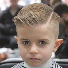 Coupe de cheveux bébé pour une photo de garçon