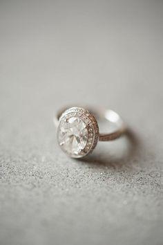 В день свадьбы на невесте не должно быть никаких золотых украшений, кроме обручального кольца. Итальянцы суеверны, поэтому невесты соблюдают это правило. Так же важно, чтобы кольцо было именно с бриллиантом, итальянцы верят, что этот камень был создан страстным пламенем романтичной любви!