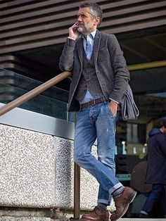 This smart casual pairing of a dark brown wool blazer and blue jeans takes Looks Cool, Men Looks, Komplette Outfits, Casual Outfits, Smart Casual, Men Casual, Casual Menswear, Fashion Menswear, Older Mens Fashion