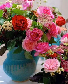 Fleurs dans un vase* *  以前、自由ヶ丘のギャラリーで開催された器と花の個展。陶芸家 鈴木麻起子さんのブルーが印象的なTurkishの器に鮮やかなフューシャピンクのバラをぽんぽんっと。 *  #fleur #fleuriste #flowers #floweroftheday #flowerlovers #bouquet #rose #turkish #utsuwa #花 #花と器 #なげいれ #花のある暮らし