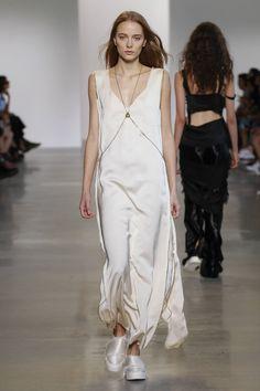 divulgação - Alguns dos slip dresses do último desfile da Calvin Klein, na semana de moda de Nova York, apareceram combinados a correntes superdelicadas.