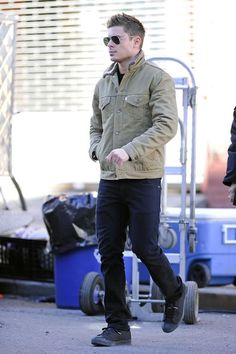 c3da82aa57c221 Zac Efron in Ray-ban aviators in gold, black straight leg jeans Outfits With