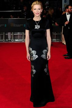 Cate Blanchett  long black dress con print maxi floral de Alexander McQueen y un collar de Alta Joyería de oro blanco y diamantes y unos pendientes de diamantes, de la colección Animal World de Chopard.