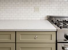Thinking about what backsplash styles that are hapening? Check our kitchen backsplash trends based on experts of what kind of tiles that will be timeless. Kitchen Tiles Design, Subway Tile Kitchen, Kitchen Backsplash, Subway Backsplash, Subway Tiles, Backsplash Ideas, Tile Ideas, Kitchen Designs, Kitchen Countertops