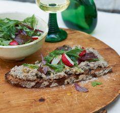 Fränkisches Sauerteigbrot ist herrlich mild – warm zu feiner Leberwurst und knackigem Salat ein unwiderstehliches Original.