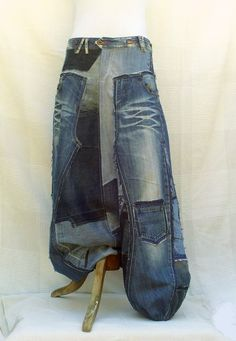 Here is the model of baggy trousers that I invented. I unstitch completely a jeans, I open its sewings and I add a muddle of parts of pants jeans frayed in the various tones of denim. It is slightly low-waisted, with 2 darts in the back, a zipper under leg, ankles were tightened by an