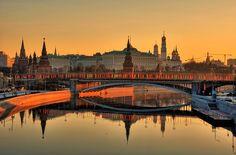 Romantici riflessi al tramonto città sulle rive del fiume Moscova (Moskva Reka) da cui la città di #Mosca prende il nome.
