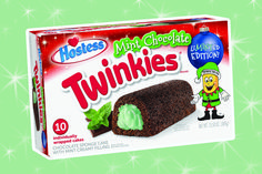 Twinkies took the golden classic we all love and gave it a tasty holiday twist. Mint Chocolate Twinkies are on their way for Christmas! Chocolate Twinkie, Chocolate Sponge Cake, Mint Chocolate, Oreo Candy Canes, Twinkie Cake, Cocoa Cake, Toffee Bars, Gingerbread Cake, Rum Cake