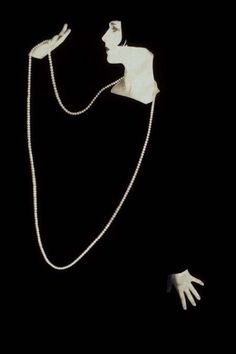 Fadeaway design started by illustrators  ca. 1900 used in the classic photo of Louise Brooks and  Pearls.