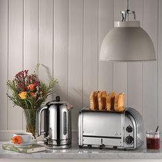 Dualit 4-slice toaster er smart og effektiv brødrister, der rister brød til hele familien. Dualit toasters er i dag anerkendte som værende blandt de bedste i verdenen.