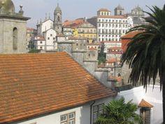 Meredek utcák, szűk sikátorok, látnivalók garmadáját felvonultató bájos óváros. Ez is Porto.  http://kozelestavol.cafeblog.hu/2016/10/13/porto-amit-nem-csak-a-bor-miatt-erdemes-meglatogatni/