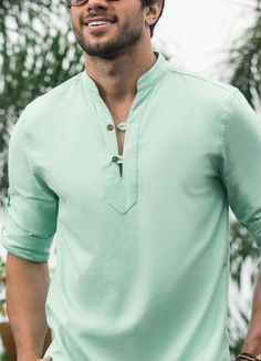 Camisa Decote V Verde - Posthaus Gents Kurta Design, Boys Kurta Design, African Clothing For Men, Mens Clothing Styles, Mens Shirt Pattern, Kurta Men, Mens Designer Shirts, Indian Men Fashion, Kurta Designs